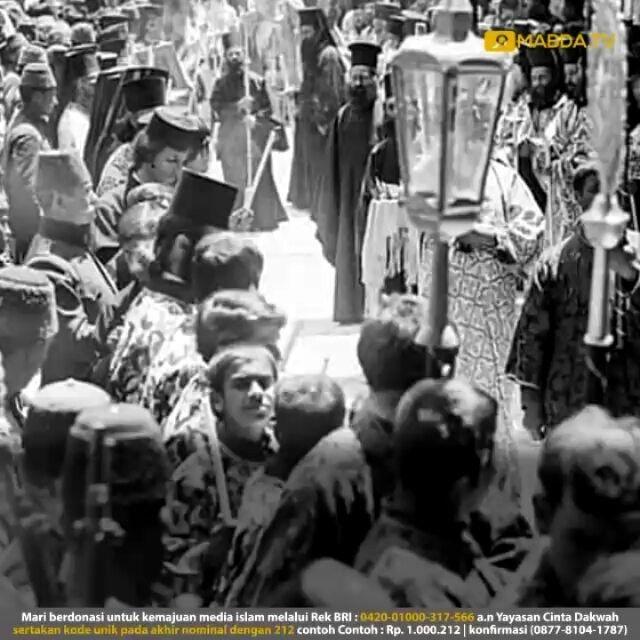 KONSPIRASI EROPA MENGGEROGOTI KHILAFAH USTMANIYAH  Negara-negara Eropa seperti Inggris Perancis dan Italia telah berkonspirasi untuk menghancurkan Khilafah Utsmaniyah. Negara-negara Eropa itu berkali-kali berkumpul dan bersidang membahas apa yang disebutnya Masalah Timur (al-masalah al-syarqiyyah eastern question) dengan tujuan untuk membagi-bagi wilayah Khilafah. Meski tidak berhasil mencapai kata sepakat dalam pembagian ini namun mereka sepakat bulat dalam satu hal yaitu Khilafah harus…