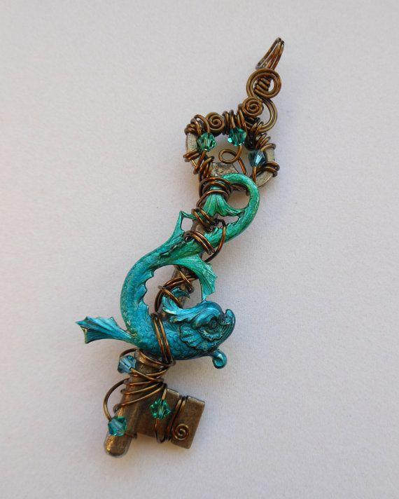 Koi vissen sleutel hanger--Blauw-groene geïnkt zeeslang op draad gewikkeld antieke sleutel, antieke koperen draad en blauw/groene kristallen