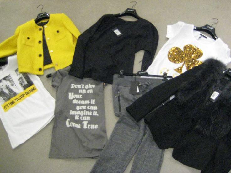 Ga voor een fel geel jasje met grijs, zwart en wit tinten. Alles van G.Sel!