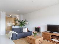 Appartement / huis te koop Enschede: De kamer vanaf het raam. Veel ruimte en erg gezellig met de direct open keuken. Als ik voor vrienden kook heb ik altijd contact, wel zo gezellig!  http://www.funda.nl/koop/enschede/appartement-48050846-oldenzaalsestraat-109-601/