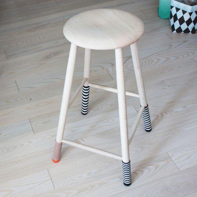 Jeg har netop købt en af de klassiske taburetter fra Trævarerfabrikernes Udsalg. Jeg har valgt at give den sokker på så den får et lille twist men som også gør lyden mod gulvet lidt blødere...:) Jeg synes det er blevet…
