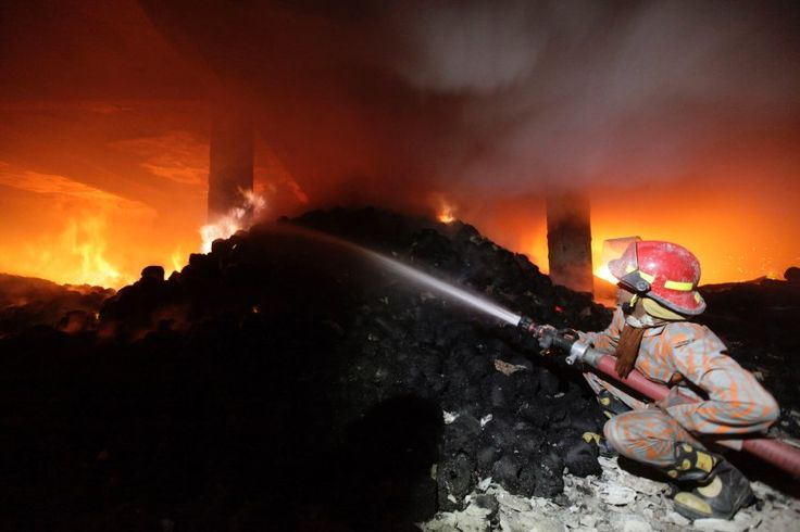 Bangladesch: Feuerwehrmann am Unglücksort: Die Einsatzkräfte brauchten vier Stunden, um den Brand unter Kontrolle zu bekommen