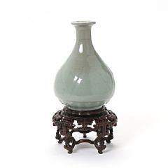 1523/1641 - Chinese celadon glazed vase. With stand. Qing. H. 14,5 cm.