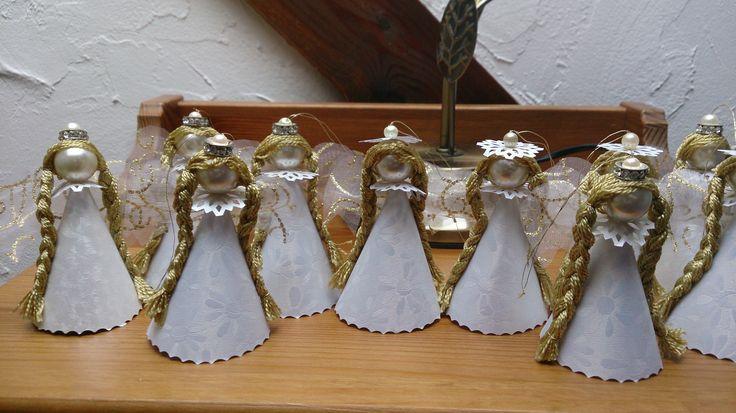 Aniołki do powieszenia na choinkę wykonalam z polyskliwego kartonu, duzych perełek i połyskliwych nici, z ktorych uplotłam warkocze