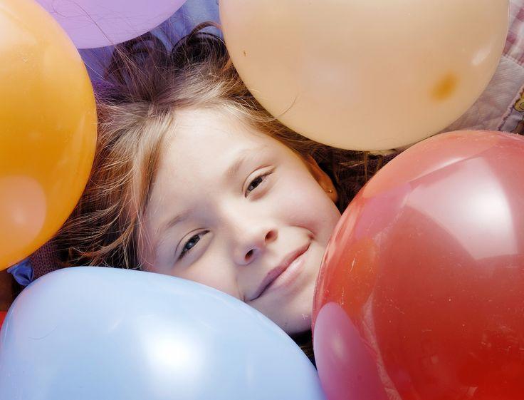 Wasserbombenweitwurf oder Tauziehen - im Garten ein riesiger Geburtstagsspaß, im Haus der Schrecken aller Eltern. Aber auch wenn es draußen regnet, wollen Kinder am Kindergeburtstag toben. Das geht auch drinnen! Unsere Tipps beweisen es.