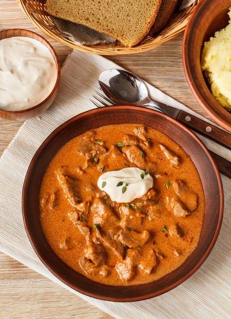 Паприкаш – национальное венгерское блюдо. Сегодня его готовят из самых разных видов мяса – начиная с говядины и заканчивая индейкой. Главный ингредиент в паприкаше – это ароматная сладкая паприка, которая как раз и придает блюду его характерный цвет. Вопреки заблуждениям, томаты ни в каком виде не используются для приготовления паприкаша…