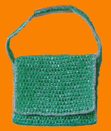 Gebreide tas van oude plastic zakken