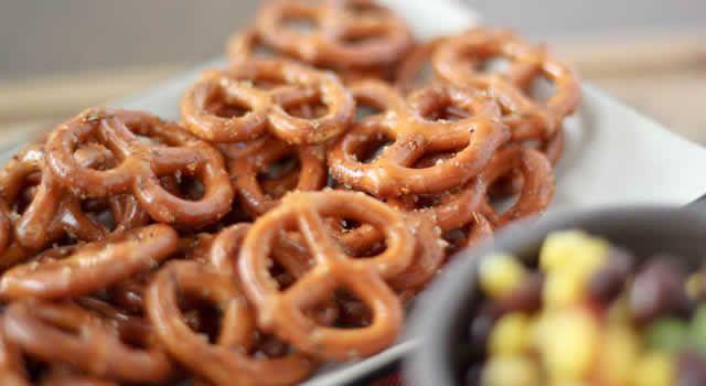 O pretzel é um pão tradicional alemão, em forma de nó, seco, estaladiço, habitualmente assado e salgado (mas pode ser doce também). O ex-presidente norte-americano George W. Bush, no ano de 2002, desmaiou ao perder o fôlego quando engasgou com o pretzel.