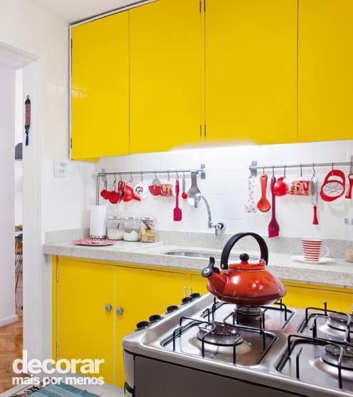 Cozinha colorida é tudo de bom! Nesse caso, os armários forrados de fórmica amarela foram mantidos, mas os puxadores foram trocados para renovar os móveis. Ficaram bem bonitos, não acha? Produção: Simone Raitzik | Foto: MCA Estúdio #DecorarMaisPorMenos