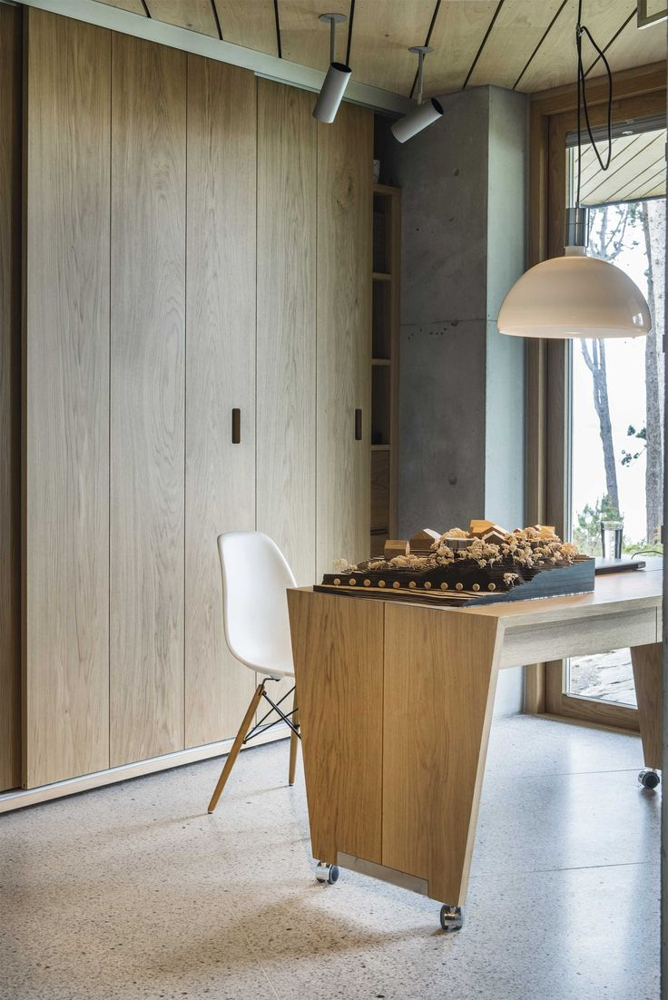 Beautiful sliding doors for closets, can use the the space right up to the roof. hoem og folstad arkitekter / villa hafrsfjord