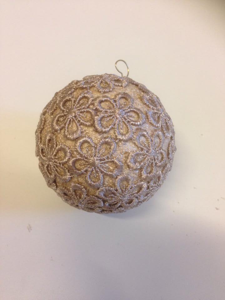 Kerstbal met uitgeknipte kanten bloemetjes en achtergrond in bijpassende kleur nagellak :).