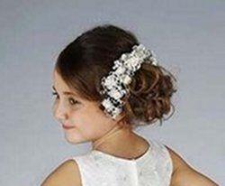 Bij Corrie's bruidkindermode vind je allerlei mooie haaraccessoires om een kapsel zoals deze foto te maken bij een bruidsmeisje of voor je communie. Kijk snel op bruidskindermode.nl Trouwen, bruiloft, huwelijk, bruidsmeisjes accessoires, haar accessoires, kapsels