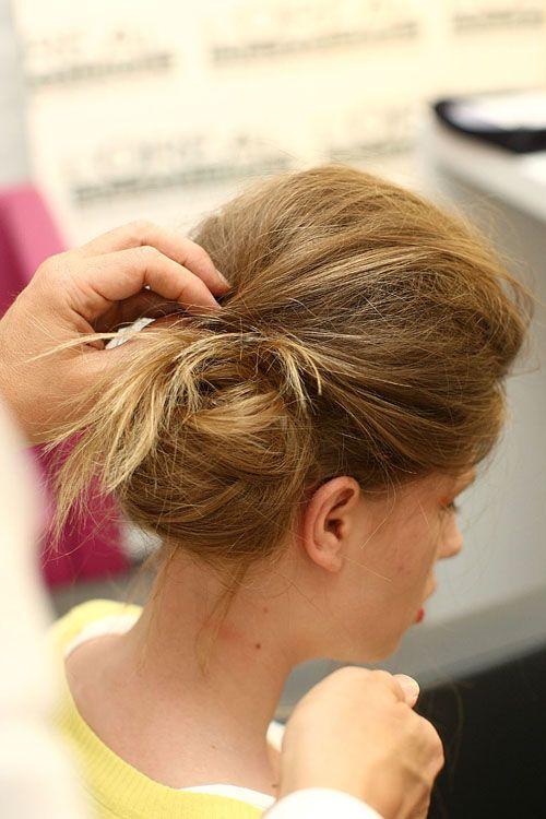 Step-by-Step-Frisuren vom Catwalk: Seitlicher Dutt
