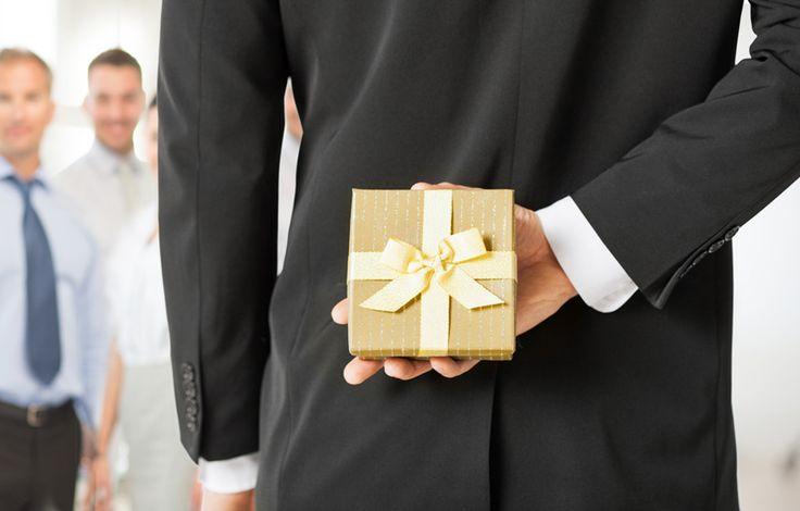 Fidéliser ses clients, charmer ses prospects ou encore travailler la relation et son image de marque avec ses employés, les cadeaux d'entreprise peuvent booster votre communication. Pour vous convaincre, voici 5 bonnes raisons de faire des cadeaux d'entreprise : http://www.webmarketing-com.com/2016/02/11/45679-5-bonnes-raisons-de-faire-des-cadeaux-dentreprise