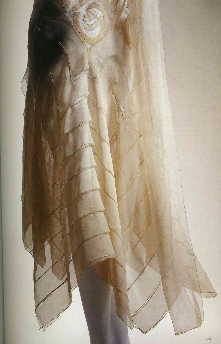 Вечернее платье. Мадлен Вионне, 1929. Шелковый шифон цвета слоновой кости, аппликация с узором в виде кругов, ворот в стиле капюшон, юбка диагонального раскроя с семью слоями одинаковой ткани.