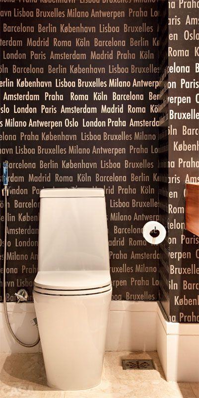 """Causa impacto o papel de parede (Orlean) com nomes de cidades europeias no espaço de 2,35 x 1,45 m, reformado pelas arquitetas Roberta Moura, Paula Faria e Luciana Mambrini. """"A moradora viaja muito e se identifcou com a ideia"""", conta Luciana.  Seis lavabos com sugestões lindas para encantar as visitas - Casa"""