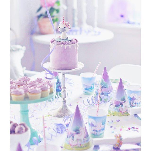 Hennes enda önskemål inför kalaset var en enhörning med regnbågshår så självklart fick hon det   #Liten6år #kalas #barnkalas #inspo #enhörningskalas #unicorn #unicornparty #tassarochsmåtår #cake #tårta #chokladbollar #cupcakes #lila #baka #fira