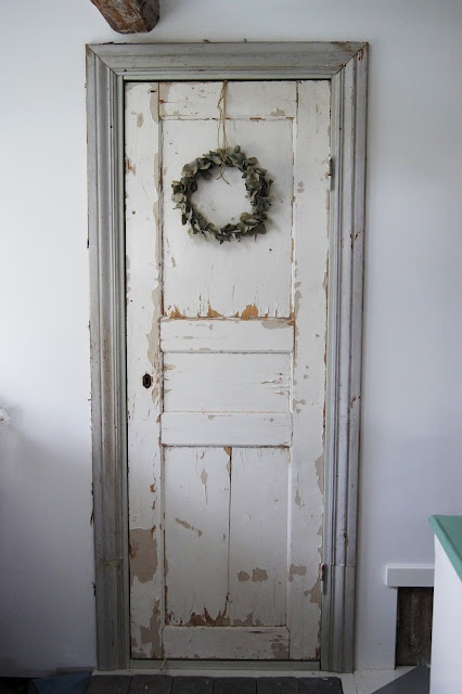 OHHH great idea...hang a wreath on all my doors that lead into my living room...oh so many.