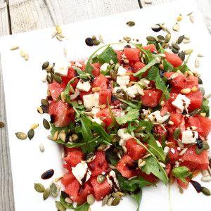 Gezonde salade met watermeloen, feta, rucola en pijnboompitten