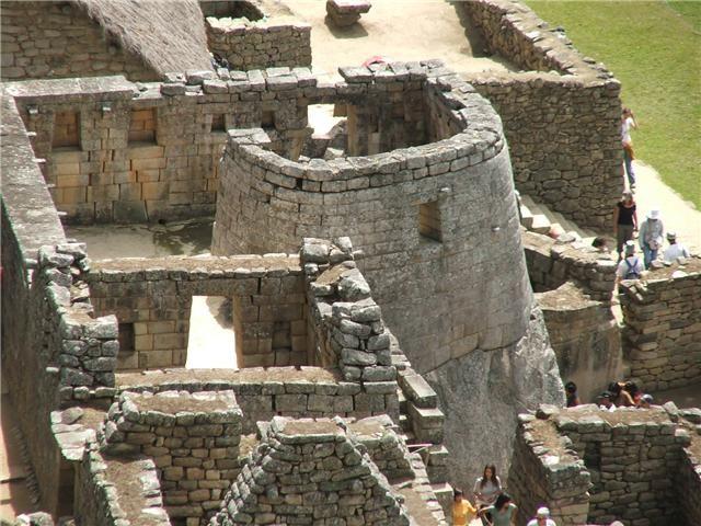 Il Tempio del Sole ha pianta semicircolare: la parete curva presenta due finestre, una orientata verso est e l'altra verso nord. Pare che si tratti di un osservatorio solare, forse il più importante di Machupicchu. Dalla finestra orientale è possibile fissare con precisione il solstizio d'inverno, basandosi sulla proiezione dell'ombra sulla roccia centrale