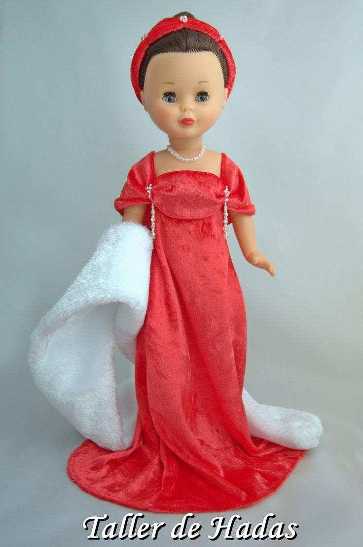 Ruby Velvet. En terciopelo rojo coral con estola de fur blanco y adornos de Swarovski.