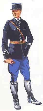 Tenue : - vareuse bleu gendarme avec collet droit fermée par neuf boutons argent, - Chemise blanche, - cravate noire, - culotte bleu gendarme avec bande en drap bleu foncé - chaussures avec jambières attenantes, - ceinturon baudrier en cuir marron - gants...