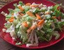 L'insalata di pollo classica con gustoso pollo lesso e verdurine è un piatto sano. Un'insalata di pollo con verdure crude è un secondo piatto garantito.