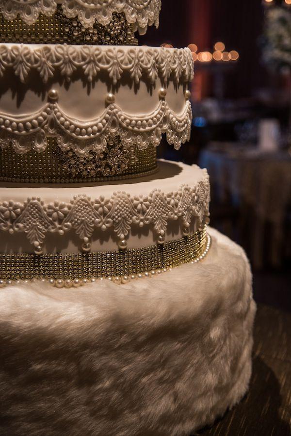 Bolo de casamento branco, clássico com detalhes em pérolas, strass e pelúcia. Foto: Braulio Delai