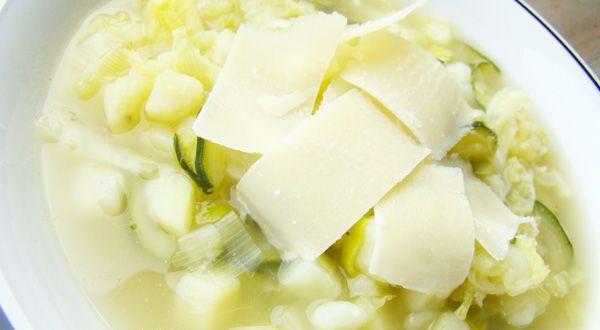 Una sopa reconstituyente que se digiere muy bien y en invierno resulta muy agradable, como su nombre indica. Esta saludable sopa de invierno se compone de con ingredientes como col rizada, calabacín, puerro y patatas, espolvoreada con Parmesano, un chorrito de aceite y pimienta.