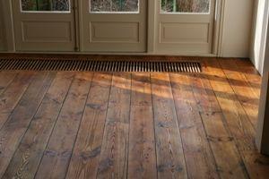 Grenen vloer in de licht antieke olie.