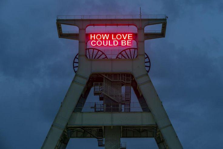 """Installation von Tim Etchells für das #DetroitProjekt, Fördergerüst Deutsches Bergbau Museum Bochum. """"How Love Could Be"""" - Ein Zitat der ersten Single des legendären Plattenlabel Motown aus Detroit: Bad Girl von The Miracles, veröffentlicht 1961."""
