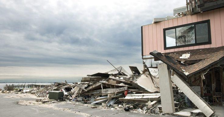 ¿Qué medidas de seguridad se deben tomar antes, durante y después de un huracán?. Los huracanes se desarrollan en el este del Océano Pacífico, Golfo de México, Mar Caribe y el Océano Atlántico meridional. Los científicos pueden predecirlos y determinar cuándo llegarán a la costa. Hay cinco categorías para clasificarlos. El número de categoría de un huracán se basa en su presión central, velocidad del viento y daño potencial. ...