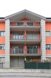 Particolare della facciata della residenza Isola di Cremella. Un complesso elegante realizzato secondo i canoni del risparmio energetico #architettura #caselecco