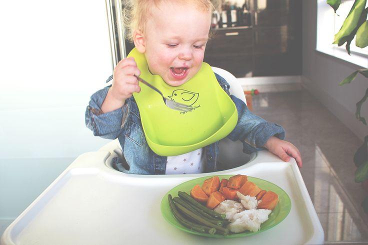 Einen Tag lang habe ich Lias bei seinem Streifzug durch die kulinarische Welt der Kleinkindnahrung begleitet und zeige euch jetzt, was und wie viel er denn so in sich hinein schaufelt