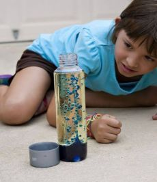 НАУЧНЫЕ ОПЫТЫ И ЭКСПЕРИМЕНТЫ ДЛЯ ДЕТЕЙ. ЛАВОВАЯ ЛАМПА. Как можно самим сделать красивейшую лавовую лампу? Итак, нам потребуются: - графин или пустая бутылка; - растительное масло; - вода; - краситель; - шипучие таблетки (например, аспирин УПСА или Алка-Зельтцер). Что делаем: - наполним графин на 2/3 маслом; - далее нальем в него воду; - вода опустить вниз (она ведь более плотная); - добавим небольшое количество красителя; - а теперь бросим внутрь шипучие таблетки; - ура!!!! Цветные пузырики…