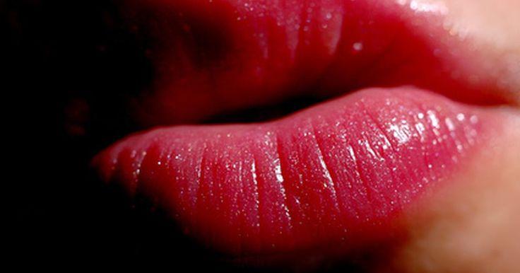 As causas de uma crise de aftas. O herpes labial é causado pelo vírus herpes simplex (HSV-1). É contagioso e transmitido de uma pessoa para outra pela saliva infectada ou pelo contato direto com uma afta. Depois de uma afta ser curada, o HSV-1 permanece dormente, sem sintomas, dentro de um aglomerado de células nas extremidades dos nervos da face. Estes agrupamentos são chamados ...