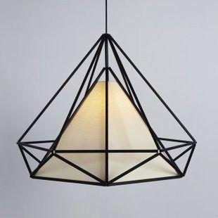 经典美式金字塔形吊灯,几何感与工业感的集合,很酷。黑色线条为铁艺,白色灯罩为 PVC 制成。