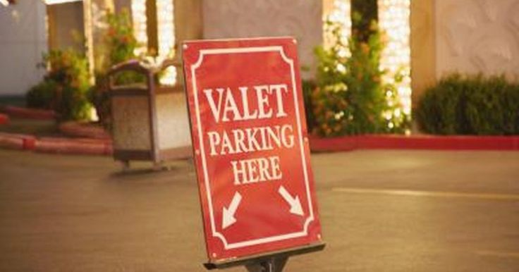 Cómo iniciar un negocio de valet parking. Un negocio de valet parking es uno de los pocos negocios que se pueden empezar con una pequeña inversión. El negocio también tiene costos fijos bajos y el potencial de tener un ganancia rápidamente. Los negocios de valet parking deben ofrecer servicio de atención al cliente excepcional. Es importante mantener felices a los clientes ya que ésto se ...