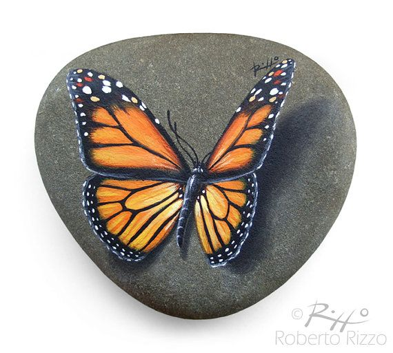 Original handgemalte Monarchfalter ruht auf einem Felsen