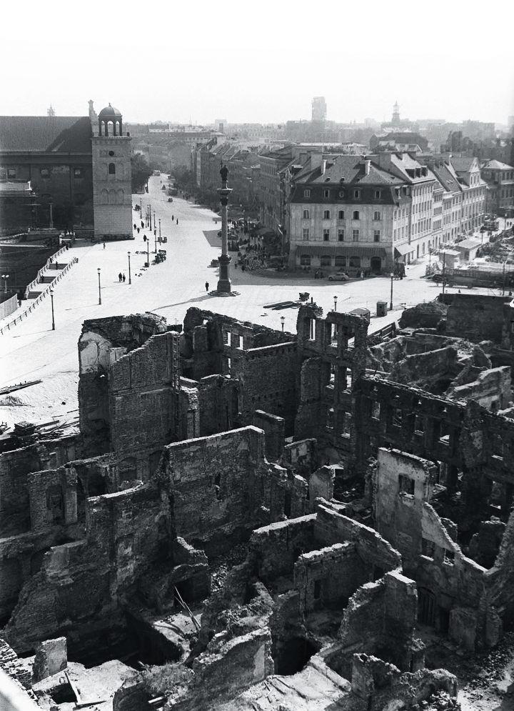 Największych zniszczeń na Starówce Niemcy dokonali już po zakończeniu walk. Ruiny kamienic na warszawskim placu Zamkowym, Warszawa 1950 r.