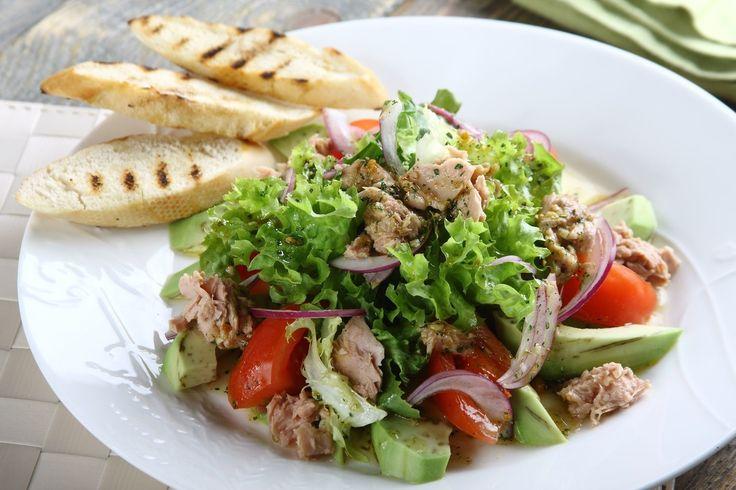 Sprawdzony przepis na Sałatka z awokado i tuńczykiem . Wybierz sprawdzony przepis eksperta z wyselekcjonowanej bazy portalu przepisy.pl i ciesz się smakiem doskonałych potraw.