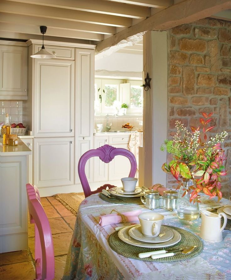 Quelques couleurs, très joli !. French inspired dining