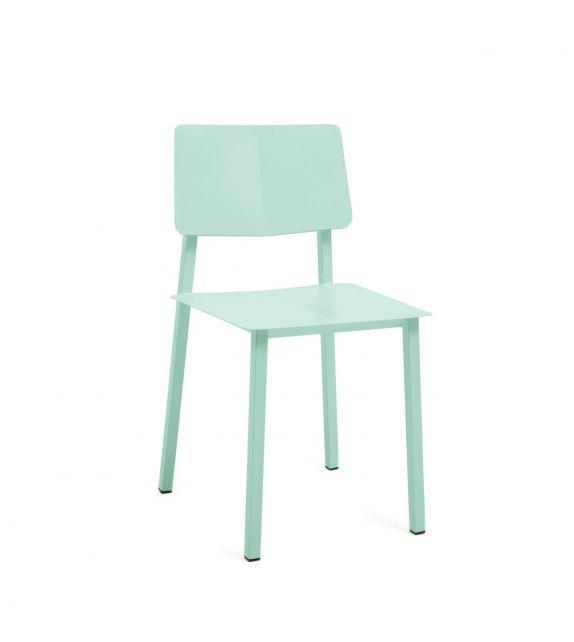 Chaise en métal coloré vert pastel de la marque de mobilier française Hartô. Avec son look rétro et ses lignes épurées, cette chaise offre un confort d'assise parfait pour une salle à manger ou un bureau. #design #chaise #desk #table #chair #chairdesign #chairsideas #inspiration #pastel #color #green #vert #interiordesign #enfant #acier #tendance #retro