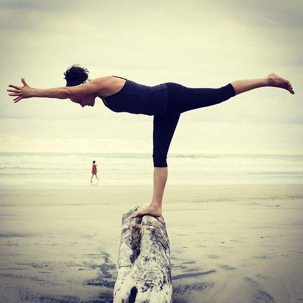 VHIRABHADRASANA III  Deze houding lijkt zo makkelijk, maar vergt een sterke focus. Het versterkt je enkels en benen, mara ook je uithoudingsvermogen. Let erop dat je je rug recht houdt en niet inzakt en kijk naar beneden langs je neus. Adem lang en diep en stretch je gehele rug uit in horizontale richting. Een heerlijke houding om jezelf even extra energie te geven, na een lange dag zitten.