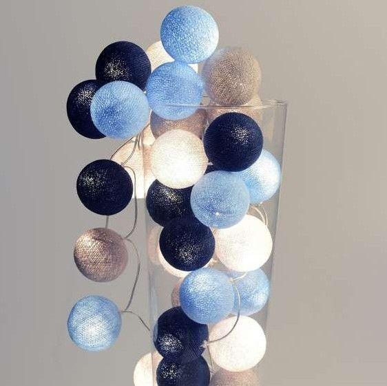 Decoratieve verlichting voor op een kinderkamer. Deze lichtslinger met 20 katoenen licht doorlatende bollen is een lamp en decoratie in één. Sfeervolle verlic
