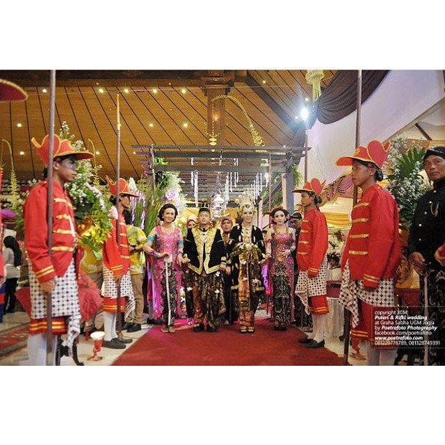 #foto kirab #pengantin #pernikahan #Jawa Puteri & Rifki di Graha Sabha #UGM #Yogyakarta #weddingphoto by Poetrafoto, https://www.facebook.com/poetrafoto