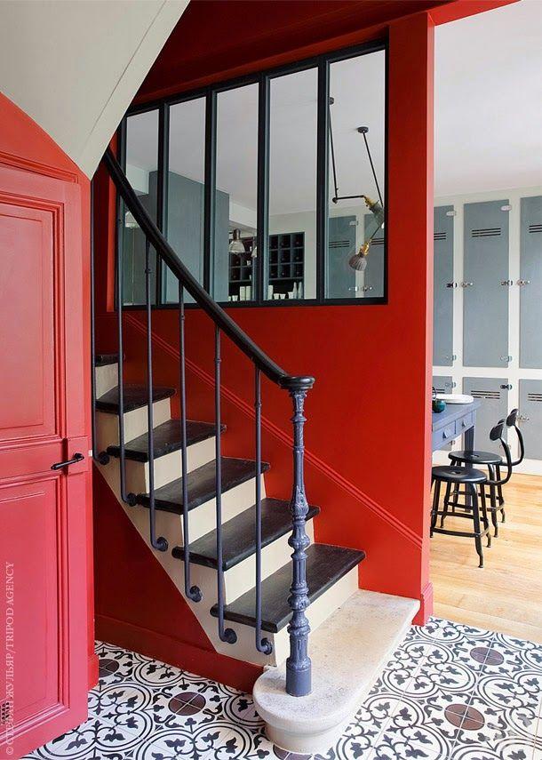 Une alliance parfaite entre la verrière, les carreaux de ciment et ce rouge qui donne vie à la pièce.