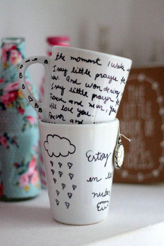 Busca una taza blanca y un marcador indeleble y deja volar tu amor e imaginación  http://bodasnovias.com/manualidades-para-regalar-a-tu-novio-en-san-valentin/4536/#