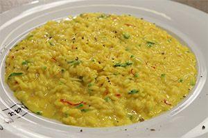 Από τον Chef Γιάννη Καβούκη Ημερομηνία προβολής 14/05/2013 –Πατήστε εδώ για να δείτε το video της εκπομπής ΥΛΙΚΑ 200 γρ. ρύζι αρμπόριο 1 κολοκύθι 1 κρεμμύδι μικρό 2 γρ. κρόκο Κοζάνης 1 lt ζωμό κότας 50 γρ. βούτυρο 50 γρ. παρμεζάνα 30 γρ. μασκαρπόνε 1 ποτ. λευκό κρασί 1 κ.γ. χυμό από λεμόνι Ελαιόλαδο Αλάτι …