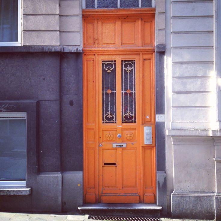 Stormachtig grijs weer in België, tijd voor een felle oranje deur. (270/365)